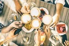 Gli amici raggruppano il cappuccino bevente al ristorante del bar Fotografia Stock