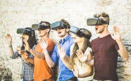 Gli amici raggruppano il gioco sulla realtà virtuale di vetro del vr all'aperto - Fotografia Stock