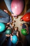 Gli amici si levano in piedi nel cerchio ed in ognuno sfera della stretta Fotografia Stock