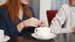 Gli amici si sono incontrati alla barra Tre giovani donne sorridenti che si siedono in un caffè ed in una conversazione Una ragaz stock footage