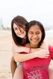 Gli amici trasportano sulle spalle Fotografie Stock Libere da Diritti