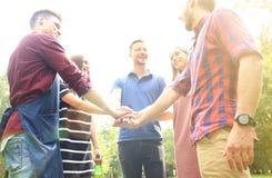 Gli amici uniscono insieme la mano durante al barbecue in natura Fotografia Stock Libera da Diritti