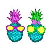 Gli ananas variopinti creativi nei vetri e con i fiori Immagine Stock Libera da Diritti