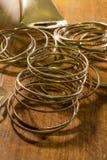 Gli anelli colorati dorati si sono sparsi dappertutto e una parte di un tubo Fotografie Stock Libere da Diritti