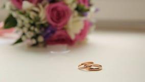 Gli anelli di cerimonia nuziale e sono aumentato Gioielli ed anelli di nozze La fede nuziale di bellezza su una scatola Anelli di Immagine Stock Libera da Diritti