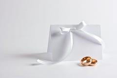 Gli anelli di cerimonia nuziale ed invitano Fotografia Stock