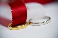 Gli anelli di cerimonia nuziale si chiudono in su Immagini Stock