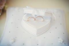 Gli anelli di cerimonia nuziale si chiudono in su Fotografie Stock