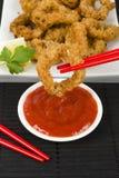 Orientale ha fritto nel grasso bollente gli anelli del calamaro Fotografie Stock