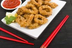 Orientale ha fritto nel grasso bollente gli anelli del calamaro Fotografia Stock