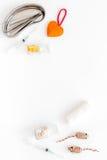 Gli animali domestici curano con le pinzette per l'insieme del trattamento su derisione bianca di vista superiore del fondo su Fotografia Stock Libera da Diritti
