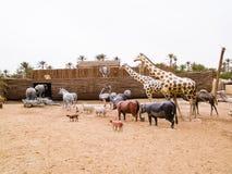 gli animali scalano sull'arca di Noè, parco preistorico in Tunisia, a fotografia stock