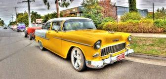 gli anni 50 Chevy giallo parcheggiato in via Fotografia Stock