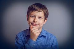 Gli anni del ragazzo dell'adolescente di aspetto europeo pensa Fotografia Stock Libera da Diritti
