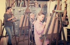 Gli anni dell'adolescenza degli studenti imparano abilmente disegnare Fotografie Stock Libere da Diritti