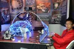 Gli anni dell'adolescenza fanno un robot all'olimpiade del robot Fotografia Stock Libera da Diritti