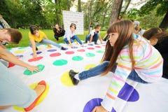 Gli anni dell'adolescenza giocano il gioco al festival internazionale delle culture Fotografia Stock