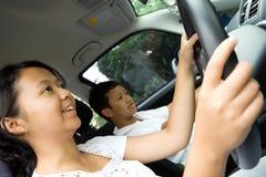Gli anni dell'adolescenza godono di di condurre un'automobile immagini stock libere da diritti
