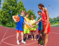 Gli anni dell'adolescenza prima delle armi della tenuta di pallacanestro in stella modellano Immagini Stock Libere da Diritti