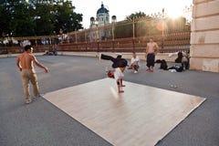 Gli anni dell'adolescenza stanno esercitando le breakdance a Vienna Immagini Stock