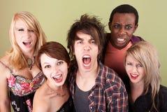 Gli anni dell'adolescenza urbani arrabbiati gridano alla macchina fotografica. Fotografie Stock Libere da Diritti