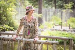 gli anni 20 hanno vestito la ragazza sul ritratto del ponte di legno Fotografie Stock Libere da Diritti