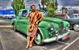 gli anni 50 Holden con la donna in vestiti del tempo Immagini Stock Libere da Diritti