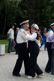 Gli anziani ballano il giorno di festa della marina immagini stock
