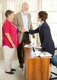 Gli anziani fanno domanda per il prestito Fotografie Stock
