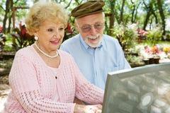 Gli anziani godono del calcolatore Fotografie Stock