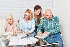Gli anziani risolvono i puzzle come addestramento di memoria Fotografie Stock Libere da Diritti