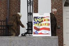 Gli anziani sono andato al seggio elettorale per votare fotografie stock