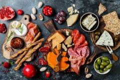 Gli aperitivi presentano con gli spuntini italiani dei antipasti Brushetta o tapas spagnoli tradizionali autentici messi, bordo d fotografia stock libera da diritti