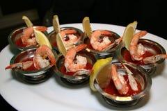Gli aperitivi sono pronti per gli ospiti Cocktail di gamberetto Fotografia Stock