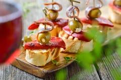 Gli aperitivi spagnoli sono servito con vino rosso immagini stock