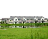 Gli appartamenti del condominio si avvicinano alle aree umide Fotografie Stock
