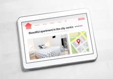 Gli appartamenti e le case online cercano con il dispositivo mobile Fotografia Stock