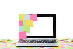 Gli appunti colorati hanno attaccato ad uno schermo in bianco del computer portatile Fotografia Stock Libera da Diritti