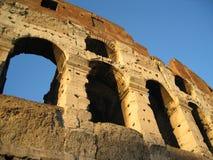 Gli arché del Colosseum a Roma, Italia immagini stock
