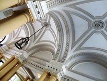 Gli arché e le colonne architettonici decorano la costruzione europea Immagine Stock Libera da Diritti