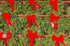 Gli archi rossi luminosi sul Natale si avvolge Immagine Stock