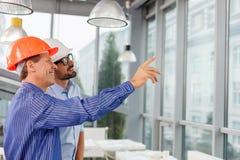 Gli architetti maschii professionisti sono discutere Fotografia Stock Libera da Diritti