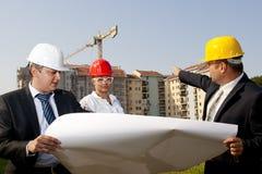 Gli architetti sono acconsentiti su un piano per costruire un edificio Fotografie Stock