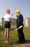 Gli architetti sono acconsentiti su un piano per costruire un edificio Fotografia Stock