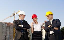 Gli architetti sono acconsentiti su un piano per costruire un edificio Immagine Stock