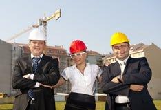 Gli architetti sono acconsentiti su un piano per costruire un edificio Immagini Stock