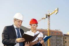 Gli architetti sono acconsentiti su un piano per costruire un edificio Immagine Stock Libera da Diritti