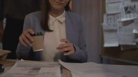Gli archivi della lettura di signora ed il caffè bevente hanno offerto dal collega, flirt sul posto di lavoro video d archivio