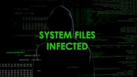 Gli archivi di sistemi hanno infettato il messaggio, virus di diffusione del pirata informatico della siluetta in Internet archivi video