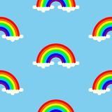 Gli arcobaleni in nuvole hanno colorato il fondo senza cuciture illustrazione vettoriale
